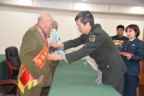 为老首长颁发纪念章1.JPG