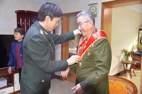 为老首长颁发纪念章2.JPG