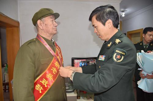 为老首长颁发纪念章3.JPG