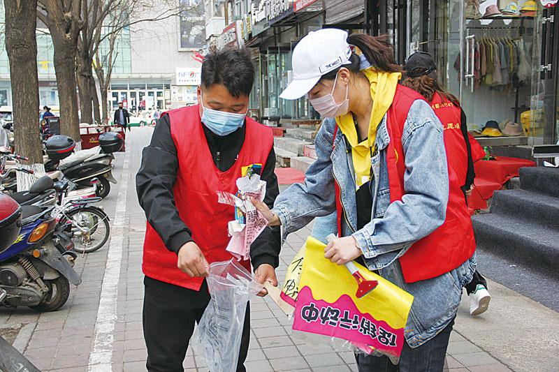 志愿者开展城乡环境卫生集中整治活动